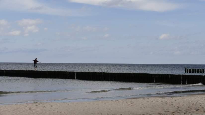 Dieser Mensch hat die Hinweise am Strandaufgang nicht gelesen. Das Betreten der Buhnen ist verboten!